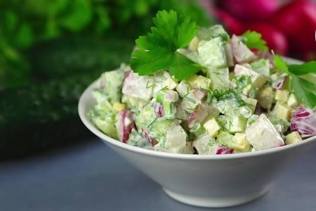 Салат новинки с сельдереем и грецкими орехами