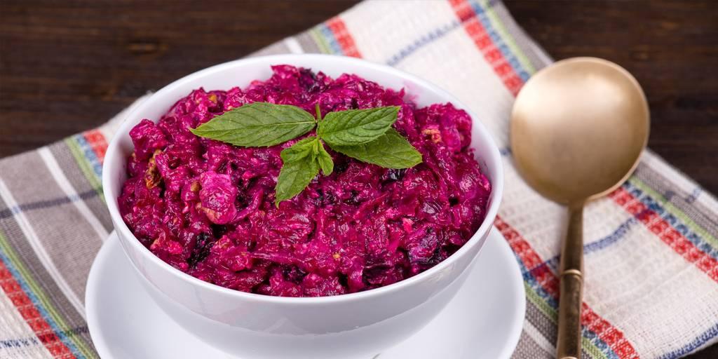Свекольный салат с черносливом и грецким орехом
