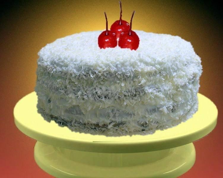 Шоколадный торт с вишней и взбитыми сливками