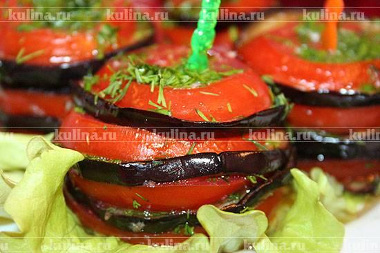 Баклажаны кружочками с помидорами сыром и чесноком