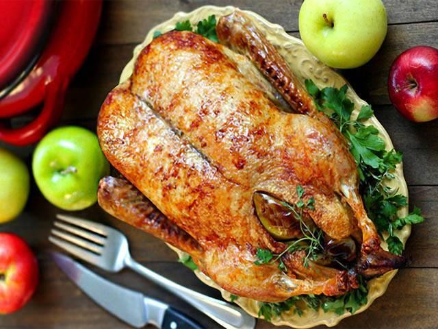 Новогодняя утка целиком в рукаве в духовке запеченная
