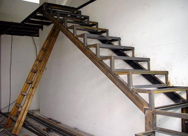 Лестница на металлическом косоуре: особенности наклонов. изготовления косоуров и ступеней
