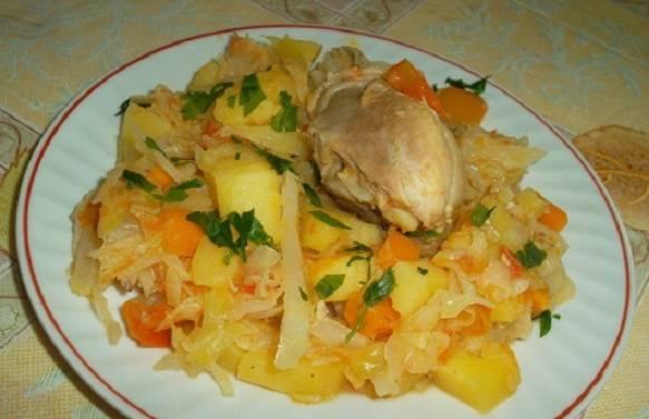 Капуста, тушеная с картошкой, на сковороде
