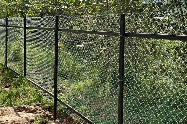 Как сделать забор из сетки-рабицы – советы специалиста