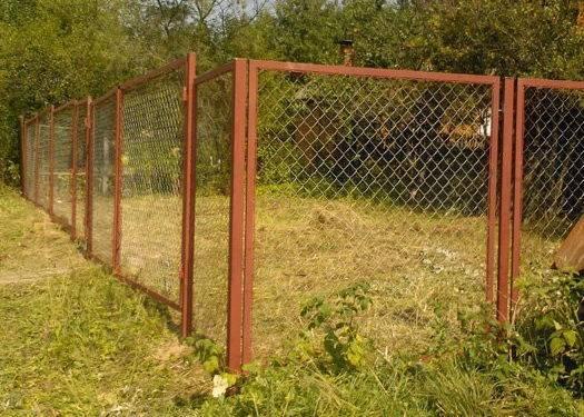 Забор из сетки рабицы своими руками для дачного участка, видео