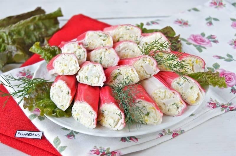 10 вкуснейших рулетиков из крабовых палочек к праздничному столу