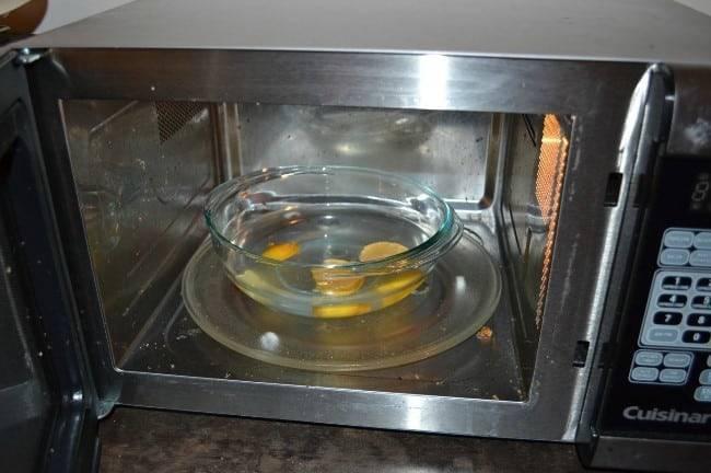 Как быстро и эффективно очистить микроволновую печь. отмываем микроволновку быстро, эффективно и безопасно, снаружи и. как помыть изнутри в домашних условиях: способы с лимоном, уксусом, содой и другие варианты.