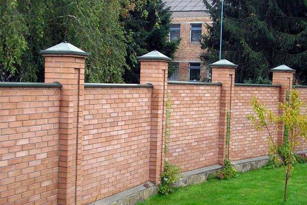 Забор из кирпича своими руками: пошагово делаем забор и столбы для забора