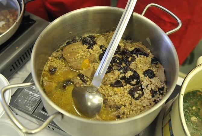 Готовим гречку на сковороде с тушенкой