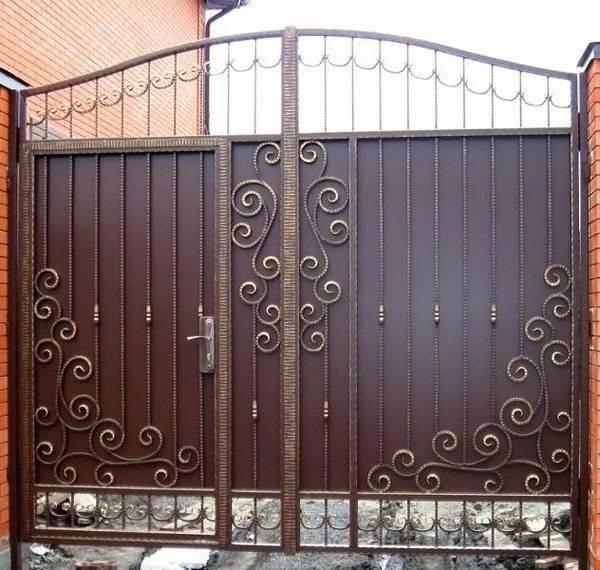 Лучший выбор для дачи — ворота распашные с калиткой