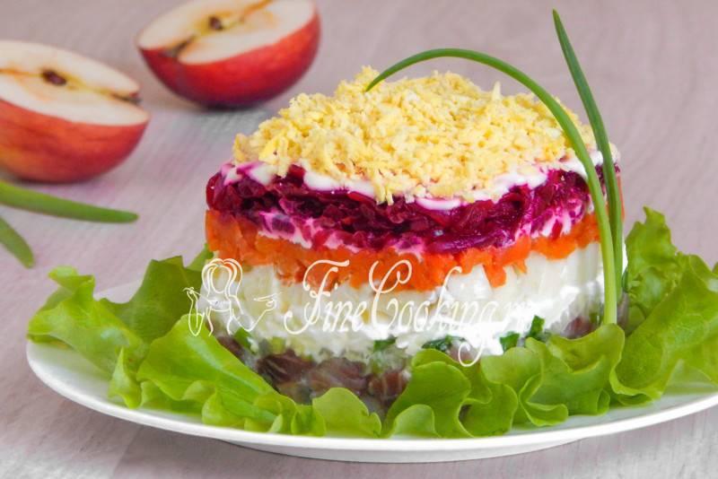 Классический салат селедка под шубой с яблоком