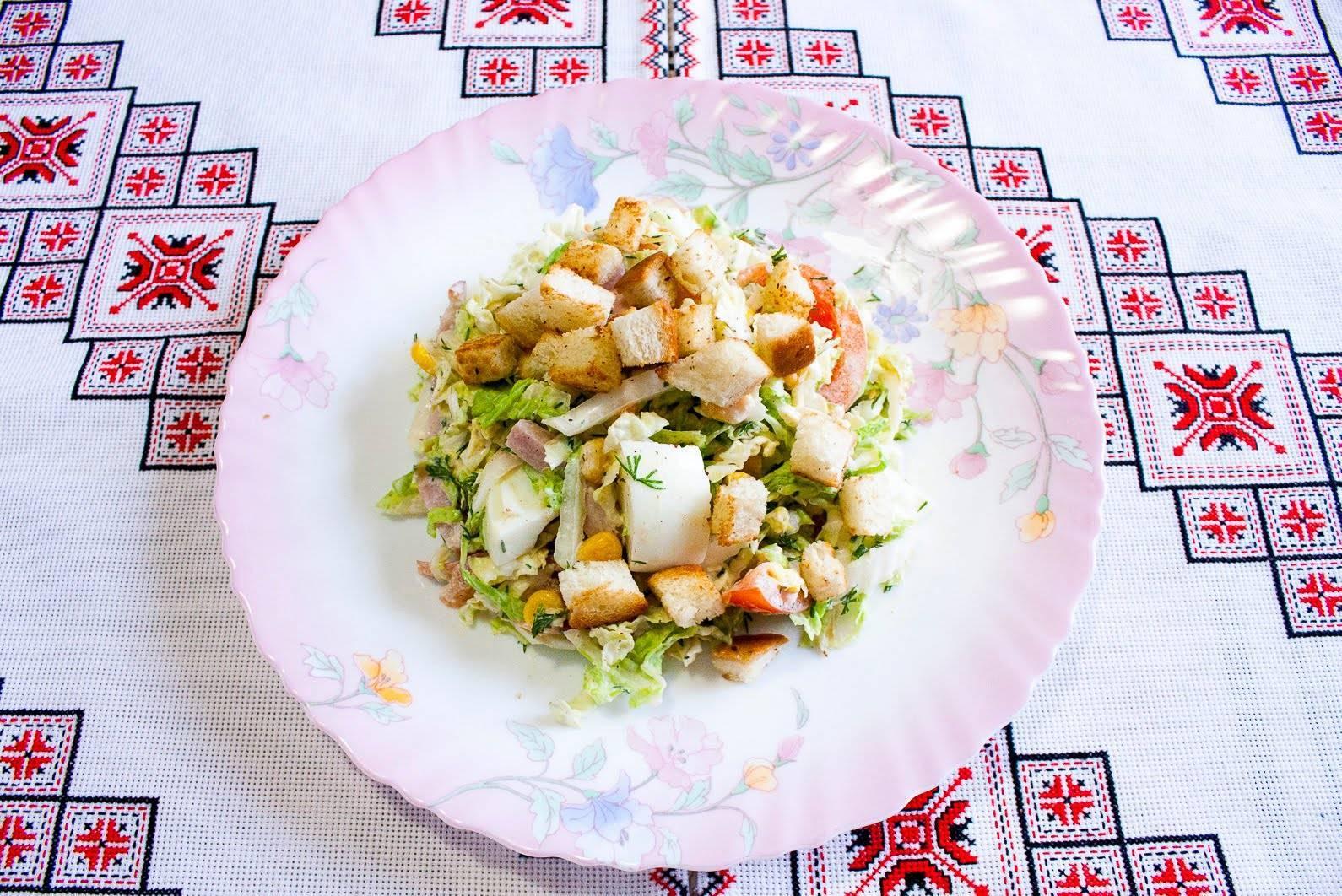 Салат с пекинской капустой курицей и сухариками