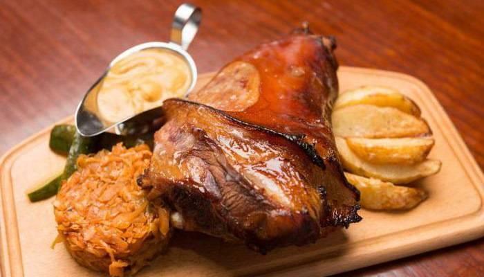 Как приготовить вкусную и сочную свиную рульку, запеченную в духовке в рукаве или фольге?