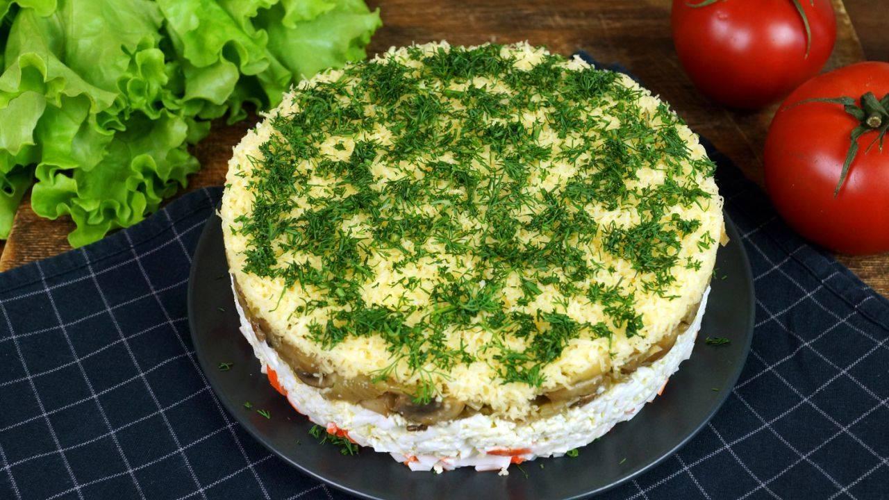 Салат с жареными грибами — рецепты с добавлением крабовых палочек, курицы, бекона, видео