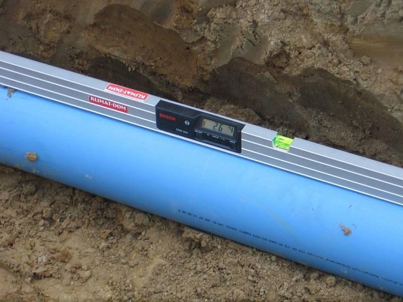 Определяем угол наклона канализационной трубы: монтаж труб
