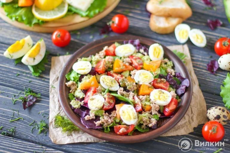 Салат с курицей, персиками, моцареллой и рукколой