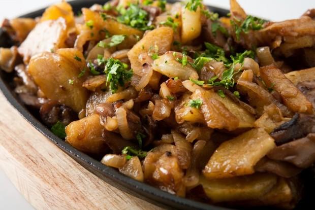 Картошка с опятами, луком и сметаной, жареная на сковороде