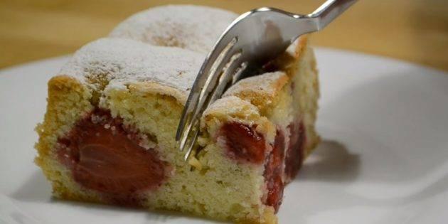 Как испечь пирог с замороженной клубникой в мультиварке