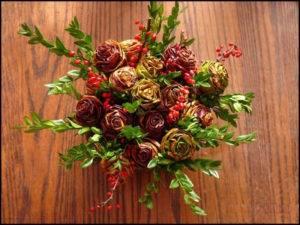 Описание осеннего букета роз из листьев