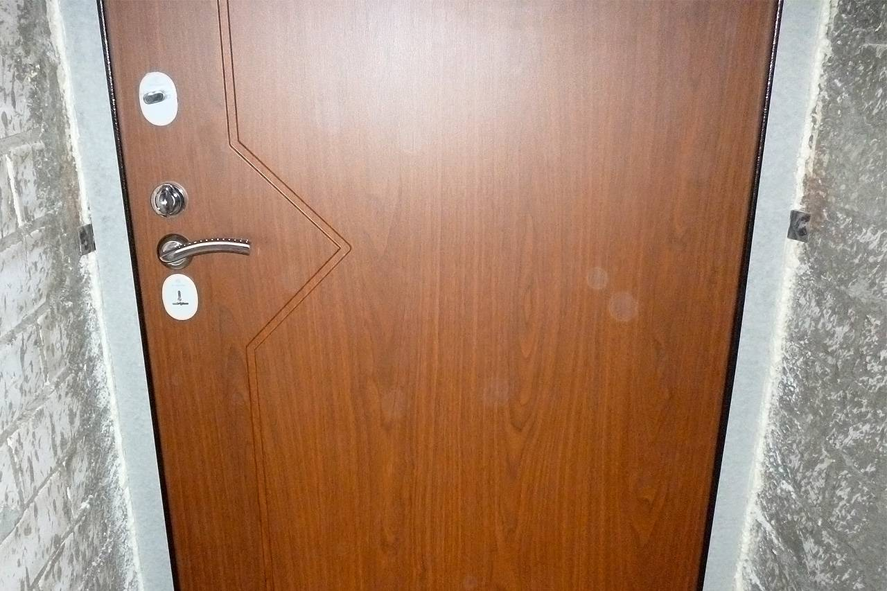 Как производится установка входной двери в газобетон