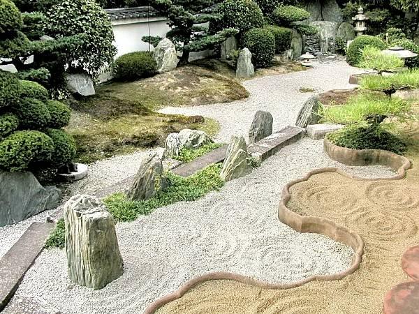 Использование декоративных заборов на дачных садовых клумбах