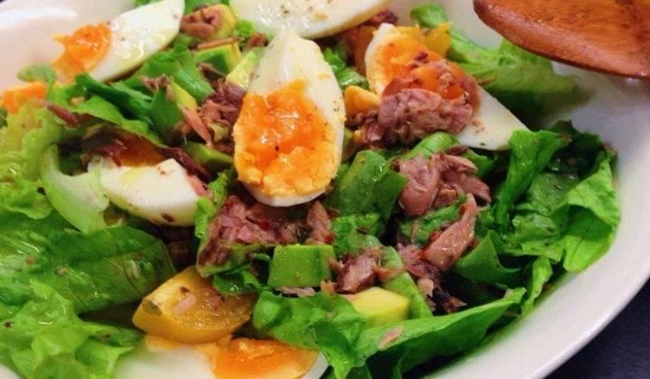 Вкусный салат с консервированным тунцом и авокадо — очень простые рецепты приготовления