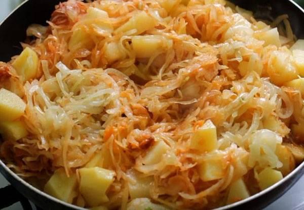 Капуста тушёная с картофелем и томатом