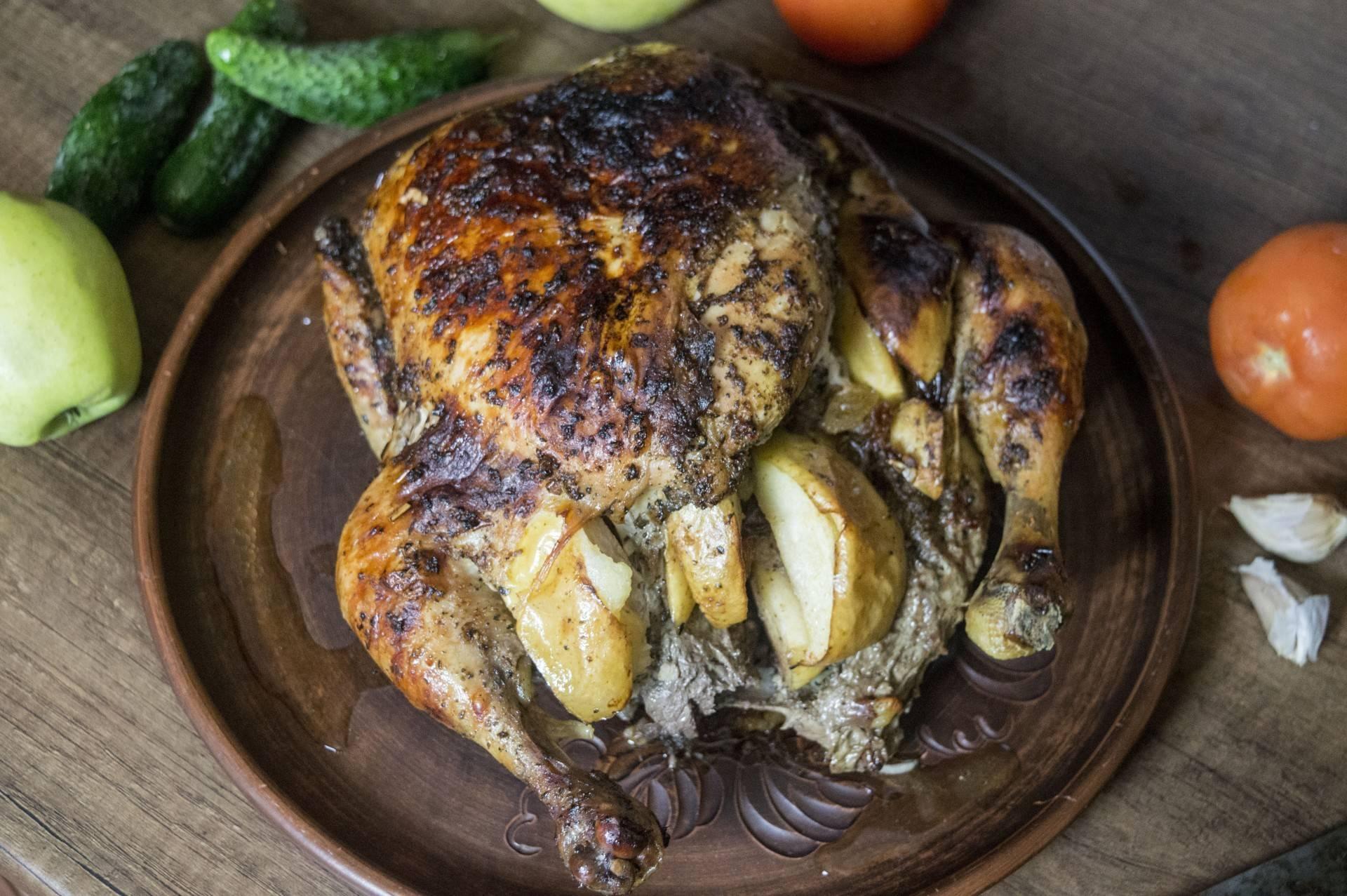 Курица с яблоками и картошкой в духовке