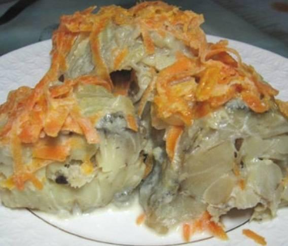 Как потушить минтай с луком и морковью