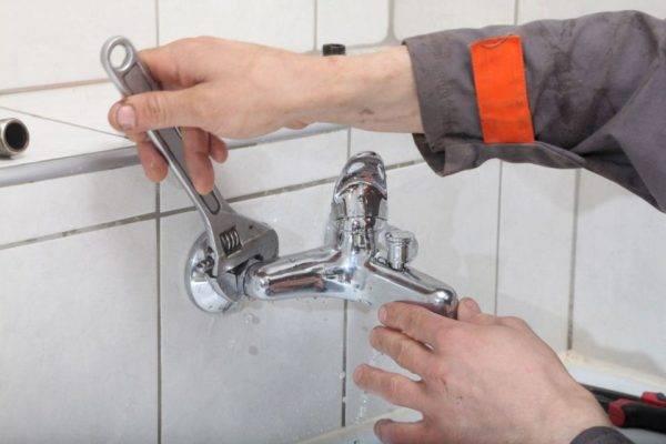 Как поменять смеситель на кухне и грамотно заменить на новый (видео)