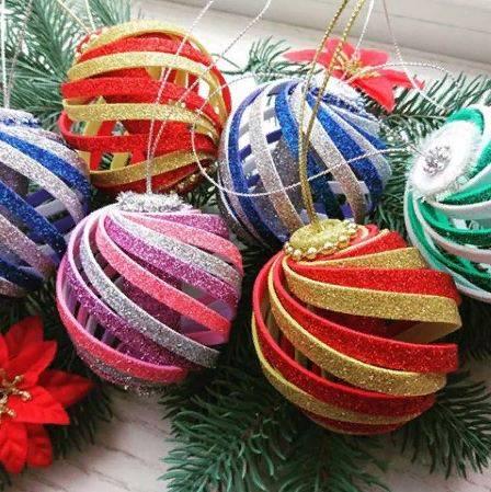 Новогодние елочки из бисера