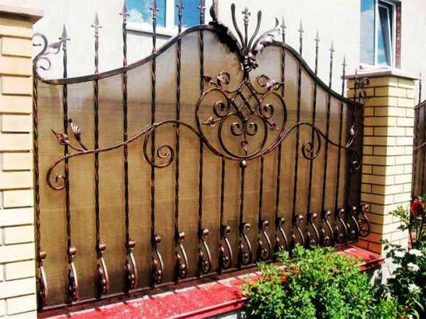Чем можно закрыть забор из сетки рабицы от соседей: непрозрачный низ