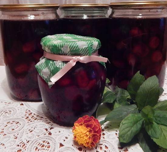 Как правильно сварить вишневое варенье с косточкой и без
