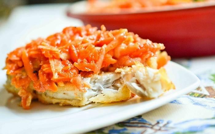 Треска тушеная с луком и морковью
