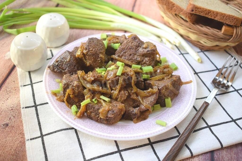 Куриная печень в сметане с луком, жареная на сковороде