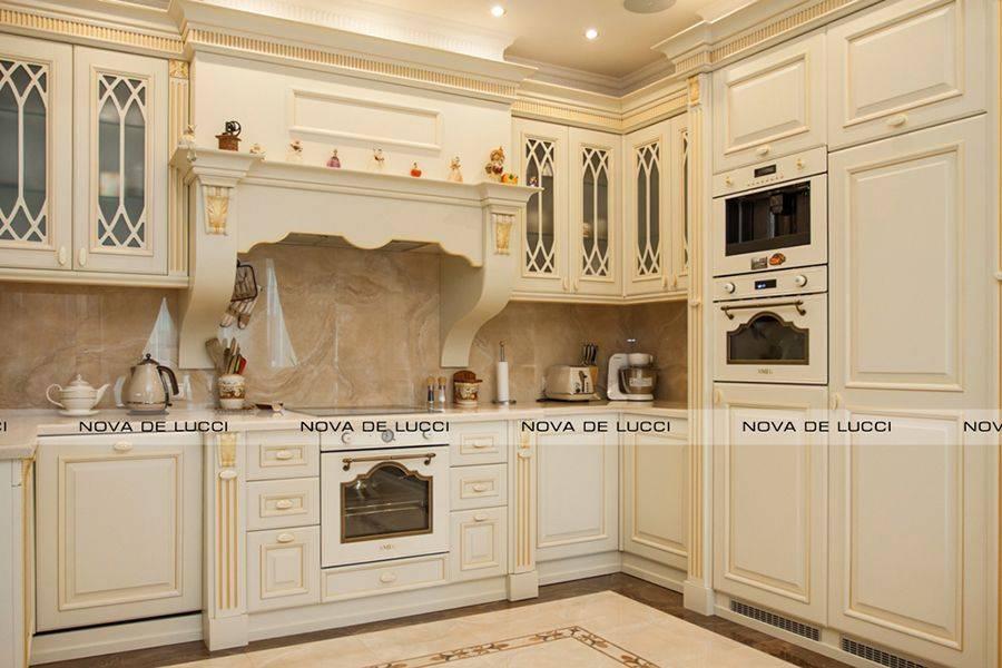 Дизайн кухонного помещения с раздвижным обеденным столом