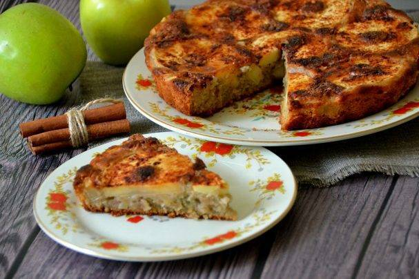 Как приготовить яблочную шарлотку в мультиварке