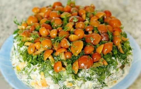 Палочка-выручалочка — салат с маринованными грибами. салат с маринованными грибами