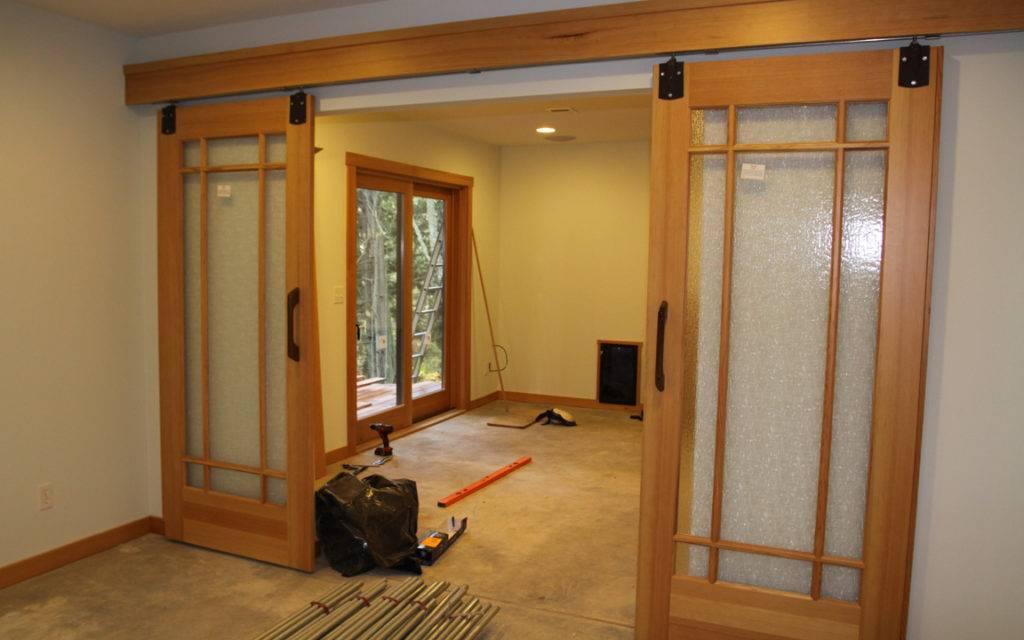 Как при помощи разных раздвижных и складных межкомнатных дверей оформляют интерьеры?