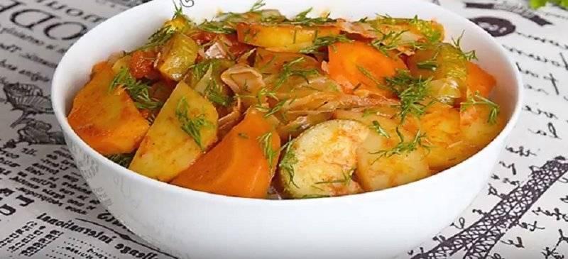 Кабачки тушеные с овощами на сковороде