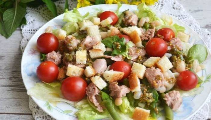 Готовим вкусный и полезный салат с фасолью и сухариками