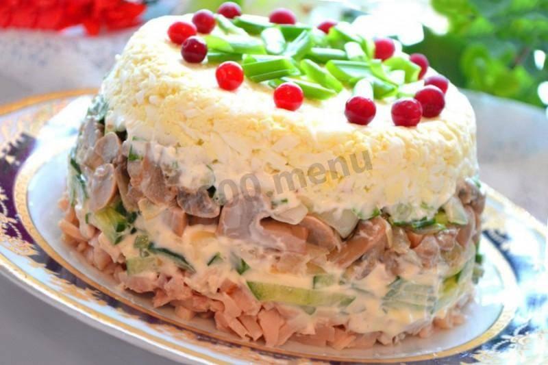 Салат с шампиньонами, огурцом, яйцом, ветчиной и сыром