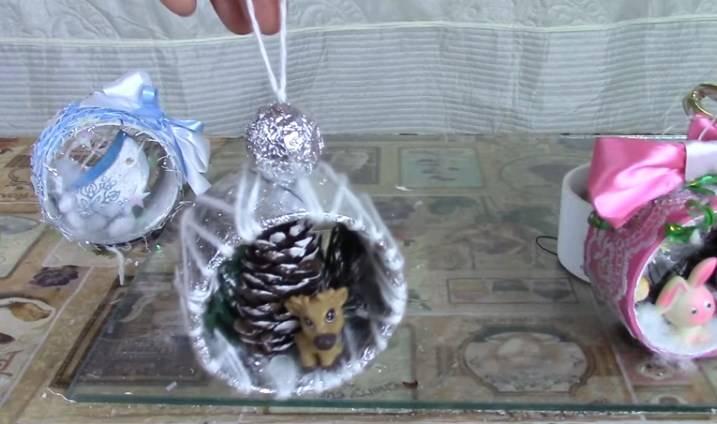 Елочные игрушки своими руками на уличную елку из пенопластовых шаров, пластиковых бутылок, видео