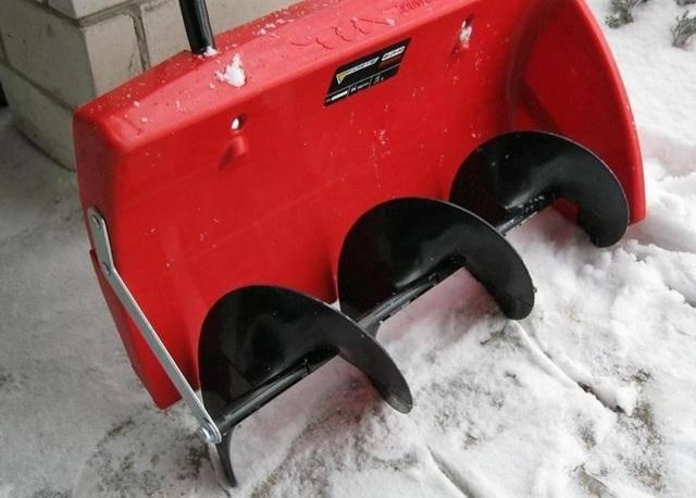 Механическая лопата со шнеком для уборки снега