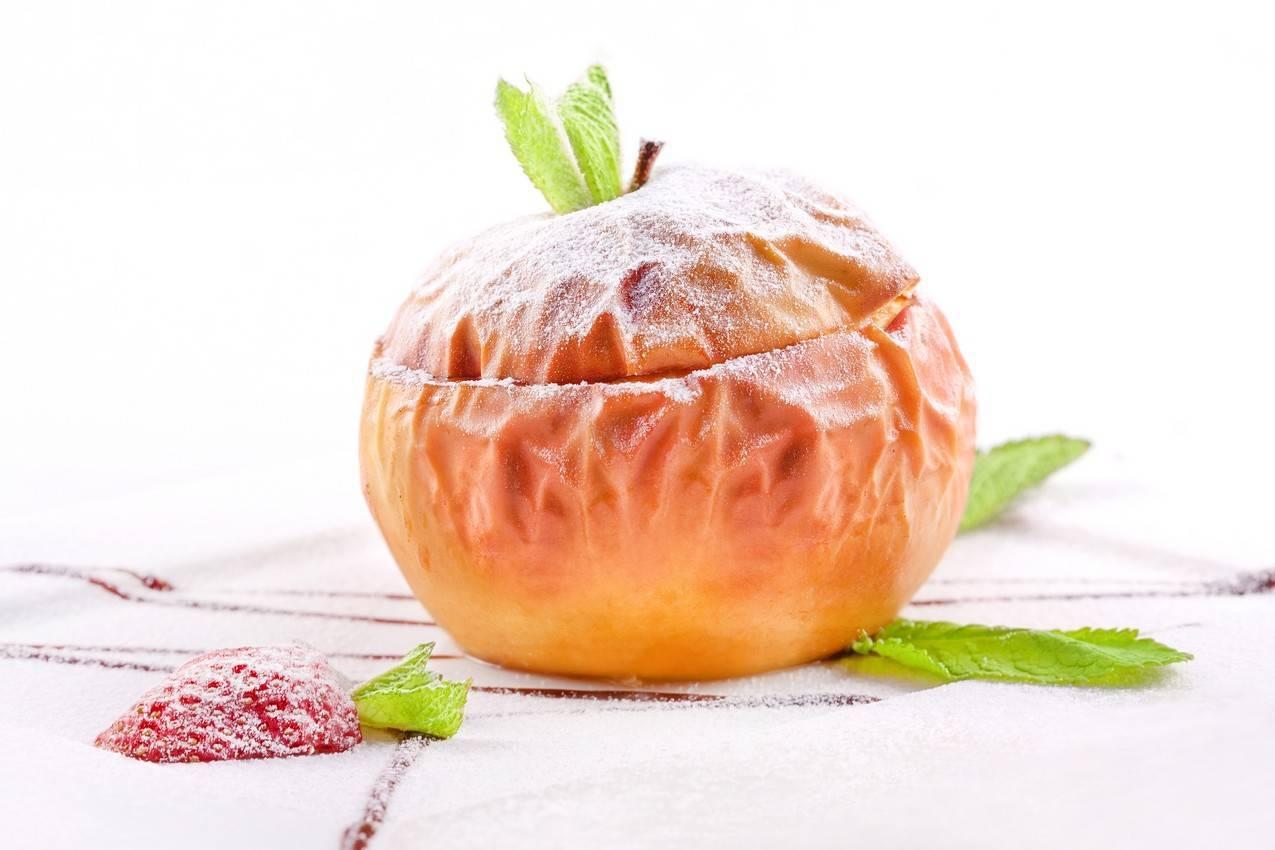 Запеченное яблоко с творогом в мультиварке
