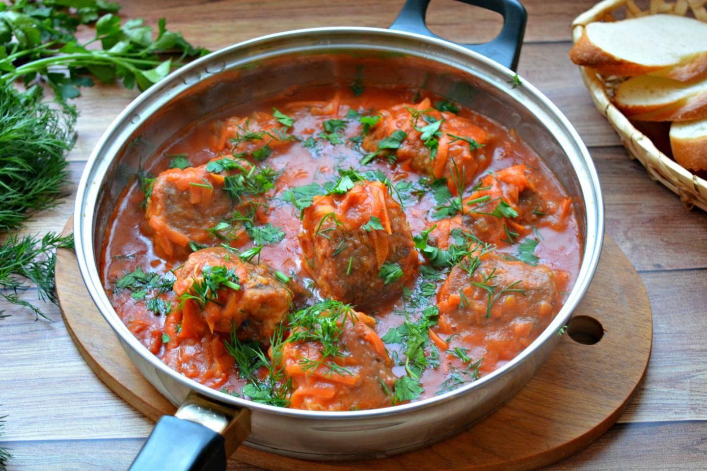Блюда из минтая — филе минтая в томатно-сметанном соусе на сковороде
