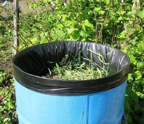 Удобрение из травы с водой в бочке, видео