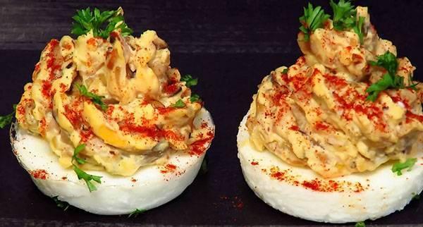 Фаршированные яйца – старая закуска в новом исполнении