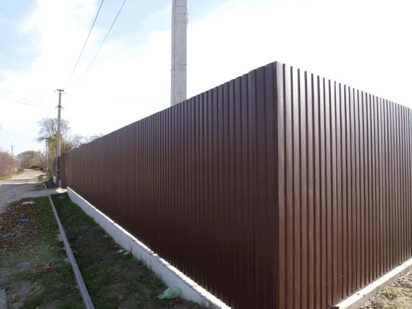 Забор и ворота с калиткой из профнастила: пошаговая инструкция установки своими руками