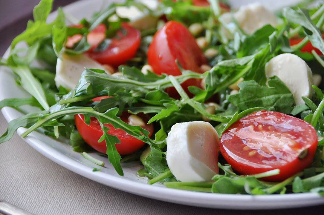 Салат с рукколой и тунцом консервированным